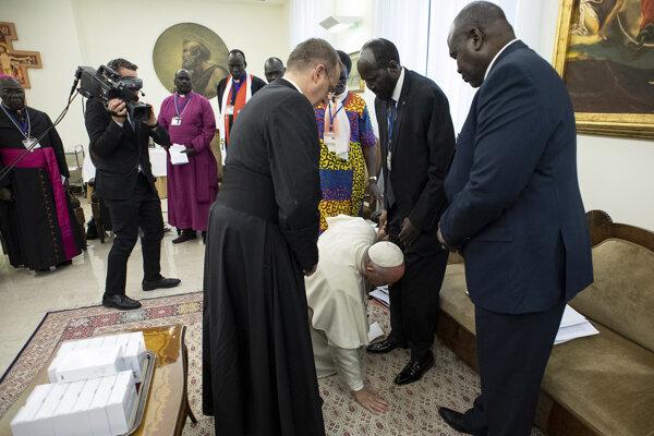 Pápež bozkáva nohy delegácii z Južného Sudánu.