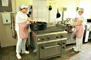 V nových priestoroch by sa lepšie varilo aj kuchárkam.