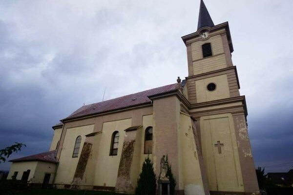 Kostol so šikmou vežou.