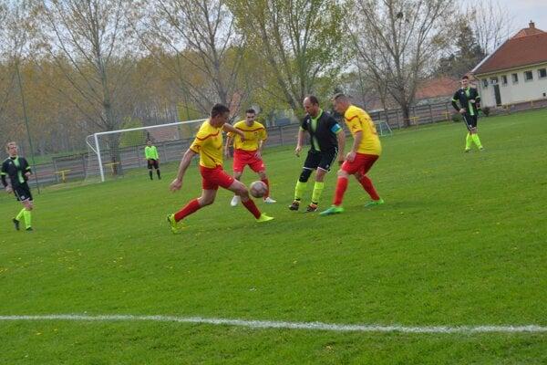 Zo zápasu Zemné - Semerovo, ktorý sa napokon nedohral.