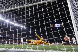 Lionel Messi prekonáva Davida de Geu v bráne Manchestru United.