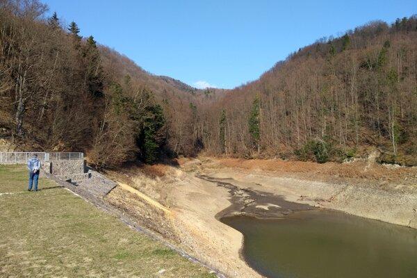 Dolnohodrušské jazero musia pre poškodené potrubia úplne vypustiť.