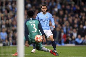 Hráč Manchesteru City Bernardo Silva strieľa druhý gól do bránky Tottenhamu Hotspur v 2. zápase štvrťfinále Ligy majstrov  Manchester City - Tottenham Hotspur na štadióne v Manchesteri 17. apríla 2019.