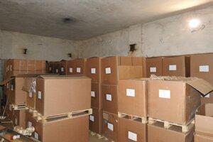 Kriminalisti zaistili 94 kusov kartónových škatúľ so surovým a rezaným tabakom.
