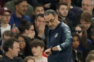 Domáci tréner Maurizio Sarri sa díva na hodinky.