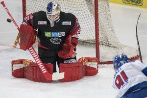 Matúš Sukeľ strieľa v zápase Rakúsko - Slovensko v príprave na MS v hokeji 2019.