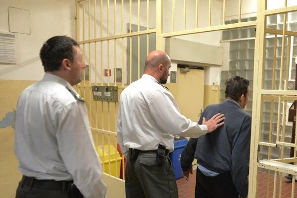 Asi najmenej sú z práce počas sviatkov nadšení dozorcovia vo väzniciach.