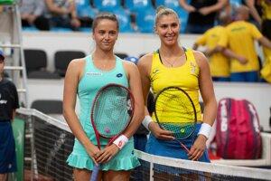 Na snímke slovenská tenistka Viktória Kužmová (vľavo) a brazílska tenistka Beatriz Haddadová Maiová pózujú pred druhou dvojhrou barážového zápasu o účasť v II. svetovej skupine Pohára federácie Slovensko – Brazília 20. apríla 2019 v Bratislave.