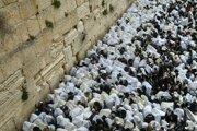 Pri Múre nárekov v Jeruzaleme sa v pondelok zišli tisícky veriacich.
