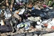 Na skládke bola aj takáto kopa topánok.