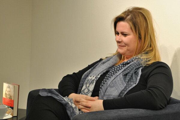 Spisovateľka a redaktorka s čitateľmi v Nitrianskej galérii  debatovala najmä o knihe Mama milovala Gabčíka.