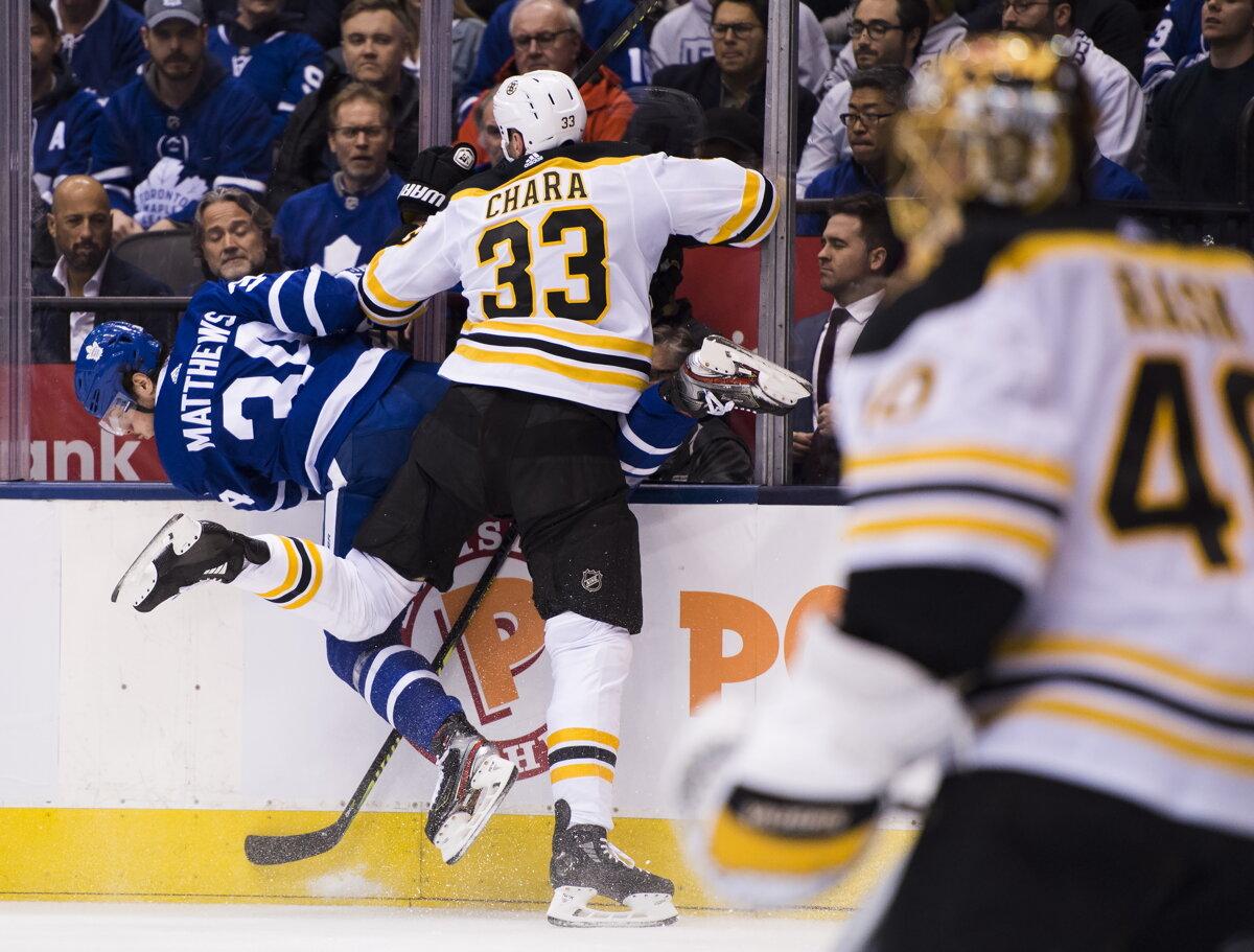 da72c6d5f861c Zdeno Chára na momentke zo zápasu Boston Bruins - Toronto Maple Leafs v  play off NHL