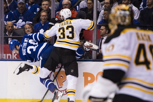 Zdeno Chára na momentke zo zápasu Boston Bruins - Toronto Maple Leafs v play off NHL 2018/2019.
