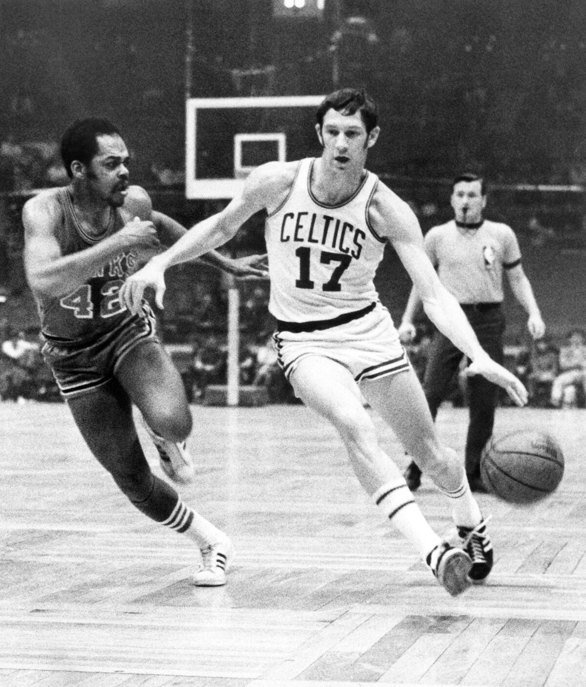 6cd86589d Basketbalista Bostonu Celtics John Havlicek (vpravo) a hráč Atlanty Walt  Hazzard počas zápasu zámorskej