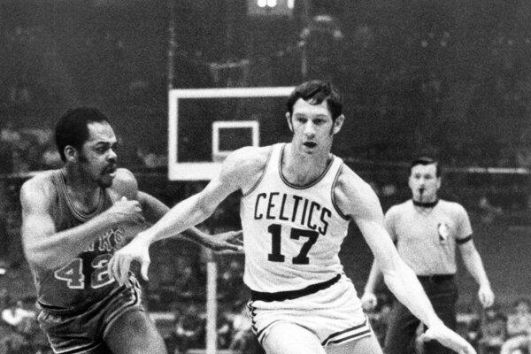 Basketbalista Bostonu Celtics John Havlicek (vpravo) a hráč Atlanty Walt Hazzard počas zápasu zámorskej basketbalovej NBA v Bostone 8. januára 1970.