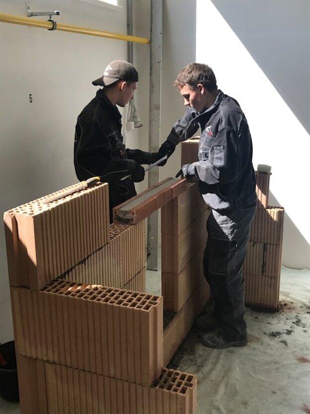 Zo zlata sa tešila aj dvojica Martin Knapec (odbor murár) a Dávid Kolenčiak (odbor operátor stavebnej výroby).