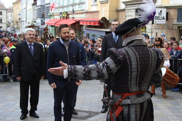 Primátor Bratislavy Matúš Vallo (druhý zľava) počas historického sprievodu ulicami hlavného mesta.