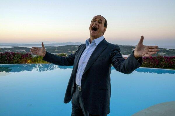 Toni Servillo ako Berlusconi vo filme Oni a Silvio.