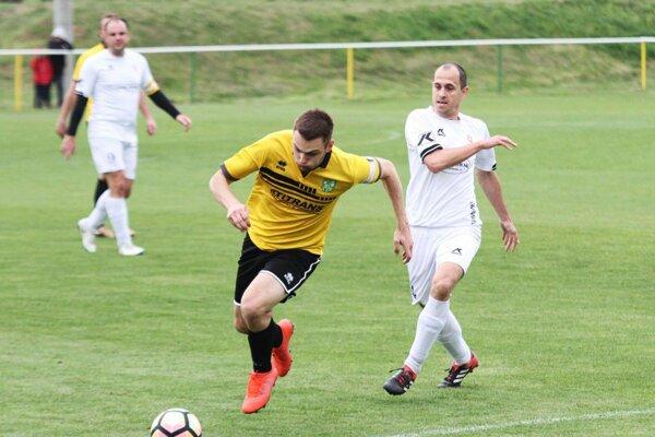 Súboj dvoch hráčov s číslom 4 na drese. Domáci Mário Igaz uniká Ľubošovi Kmeťovi.