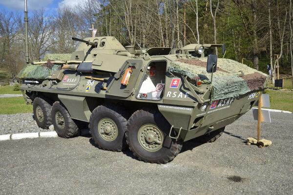 Obojživelný obrnený stredný kolesový transportér OT-64 SCOT verzia R2 v areáli Vojenskej expozície Michala Strenka v Starej Ľubovni.