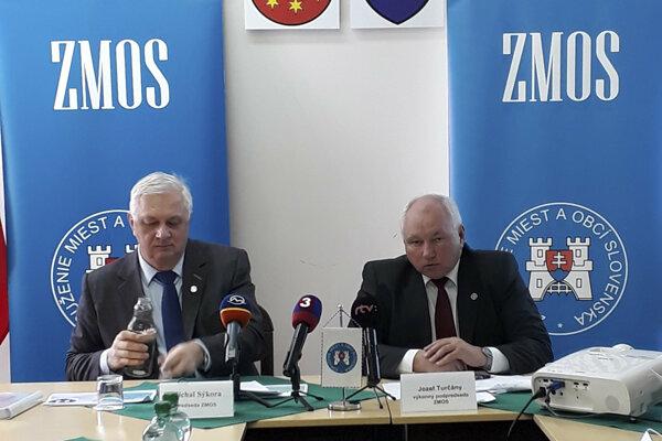 Zľava predseda ZMOS Michal Sýkora a výkonný podpredseda ZMOS Jozef Turčány.
