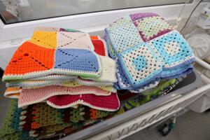 Deti na neonatologickom oddelení dostali od dobrovoľníčok nové farebné deky i chobotničky .
