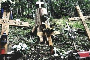 Na mieste tragédie sa dnes nachádzajú jednoduché drevené kríže.
