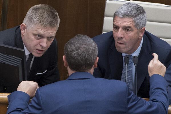Koaliční poslanci Robert Fico (Smer), uprostred Tibor Bernaťák (SNS) a vpravo podpredseda parlamentu Béla Bugár (Most-Híd).