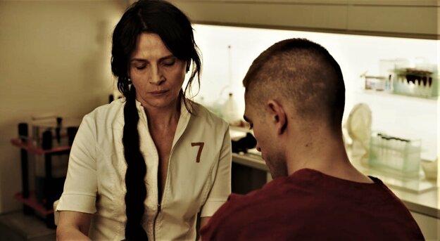 Vo filme High Life hrá s Juliette Binoche, ktorá sa pokúša dostať k jeho semenu.