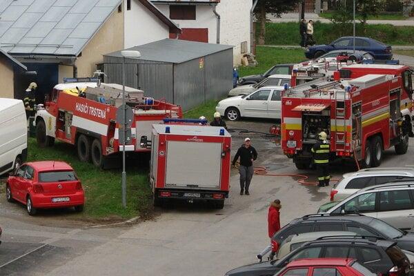 Pri trstenských garážach zasahuje viacero hasičov.
