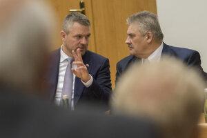 Minister práce Ján Richter (vpravo) a predseda vlády Peter Pellegrini (vľavo).