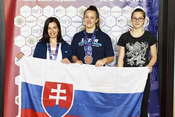 Trojica dorasteniek Slovenska na ME - zľava Lenka Stískalová, Patrícia Slížová a Olívia Lapšanská.