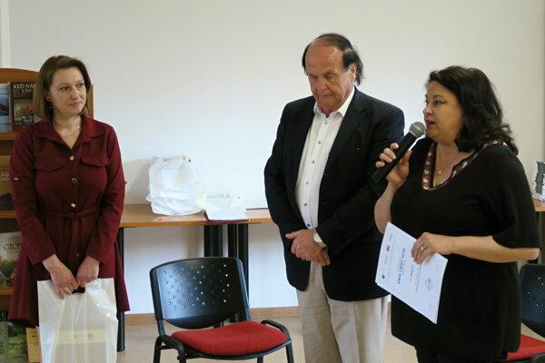 Spoluautorka víťaznej knihy Kňažia miesto rozprávky Eva Tabačková (vpravo) ďakuje všetkým, ktorí sa na tvorbe diela podieľali. Zľava na fotografii organizátori súťaže, zástupcovia Oravskej knižnice Miriam Kazimírová ariaditeľ Peter Huba.