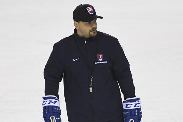 Asistent trénera Andrej Podkonický počas tréningu slovenských hokejových reprezentantov.
