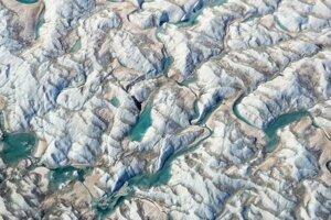 Smaragdovo zelené jazierka na konci ľadovca Russel. Pohľad vedcom naznačil, že sezóna topenia sa začala skoro.