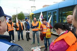 Štrajk vodičov dopravného podniku. Vedenie spoločnosti ho považovalo za nezákonný.