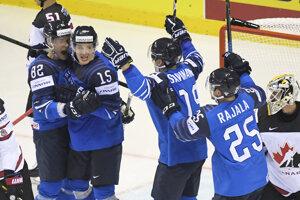 Hokejisti Fínska oslavujú druhý gól do bránky Kanady.