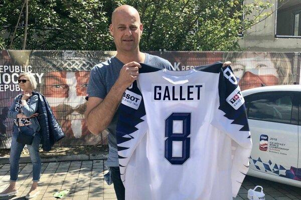 Hrdý otec Gallet s dresom syna.