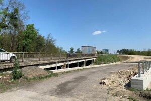 Vedľa mosta pri Malackách v súčasnosti budujú obchádzkovú trasu.