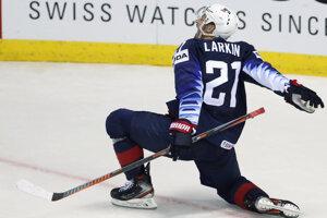 Dylan Larkin oslavuje rozhodujúci gól v predĺžení v zápase USA - Fínsko na MS v hokeji 2019.