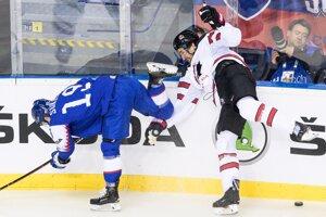 Matúš Sukeľ (vľavo) v zápase Slovensko - Kanada na MS v hokeji 2019.