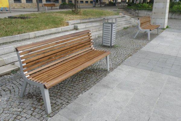 Nové lavičky sú aj na Námestí slobody.