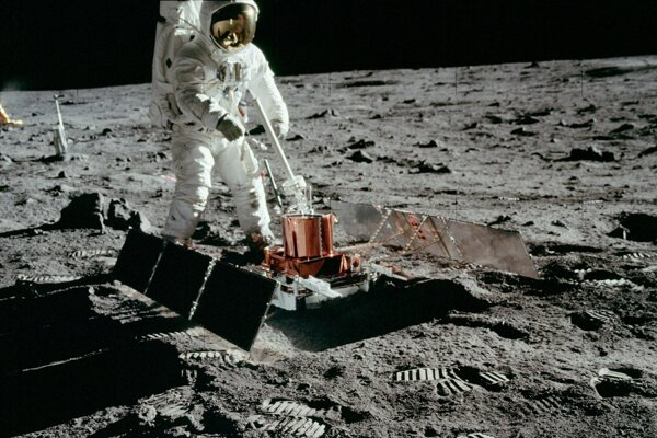 Astronaut na Mesiaci pri rozkladaní seizmografu.