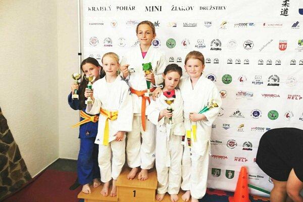 Dievčatá z Pov. Bystrice v kvalitnej chlapčenskej konkurencii skončili tretie.