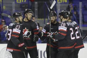 Anthony Mantha (druhý zľava) oslavuje so spoluhráčmi v zápase MS v hokeji 2019 Kanada - Francúzsko.