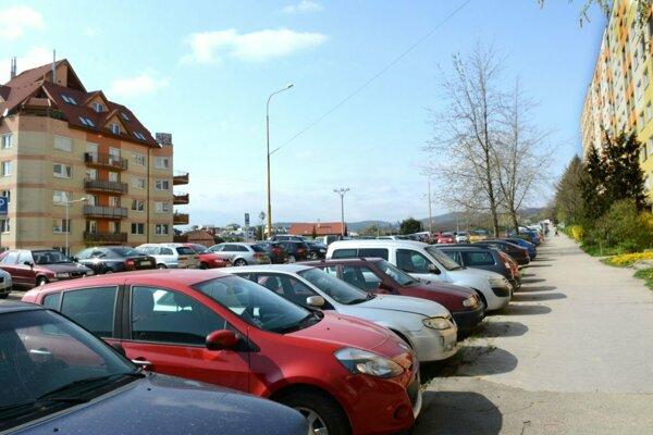Parkovanie na KVP je veľký problém.
