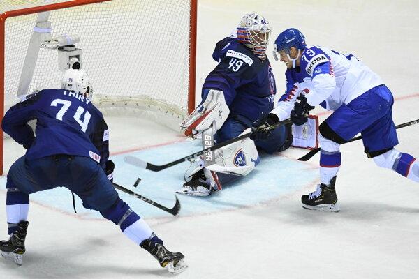 Na snímke slovenský hokejista Libor Hudáček prekonáva v presilovke francúzskeho brankára Floriana Hardyho počas zápasu Francúzsko - Slovensko.