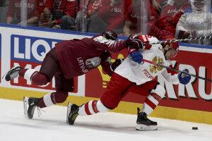 Uvis Balinskis (vľavo) v súboji so Sergejom Plotnikovom v zápase Lotyšsko - Rusko na MS v hokeji 2019.