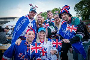 Britskí fanúšikovia pred stretnutím.