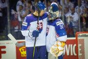 Denis Godla a Erik Černák po zápase Slovensko - Veľká Británia na MS v hokeji 2019.